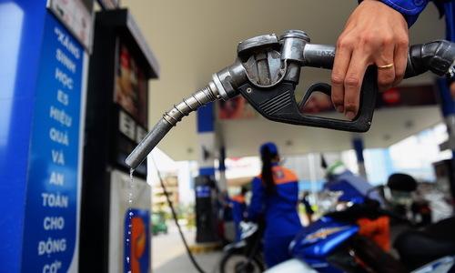 Đổ xăng tại một trạm ở TP HCM. Ảnh: Hữu Khoa.