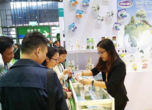 Người tiêu dùng Trung Quốc dùng thử các sản phẩm của Vinamilk tại hội chợ.
