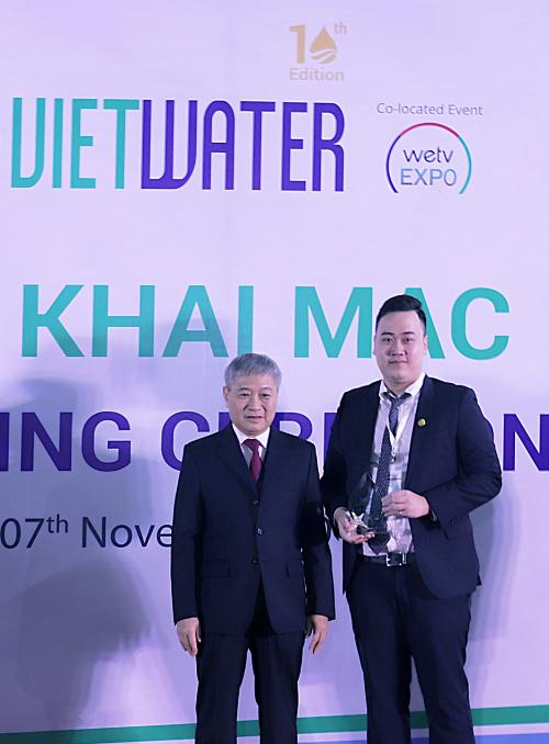 Ông Nguyễn Anh Tú Phó Tổng giám đốc Tập đoàn Tân Á Đại Thành (phải) nhận cúp lưu niệm cho Nhà tài trợ Bạc của chương trình.