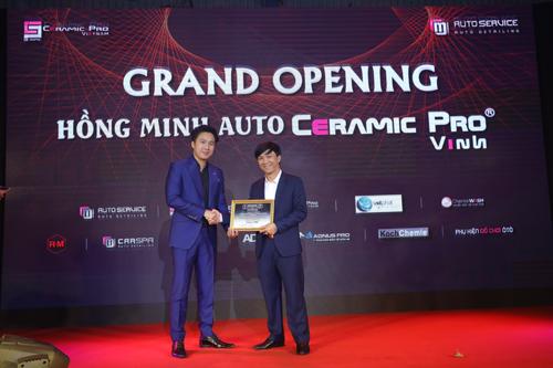 Ceramic Pro trao giấy chứng nhận độc quyền phân phối dịch vụ cho Hồng Minh Auto Service.
