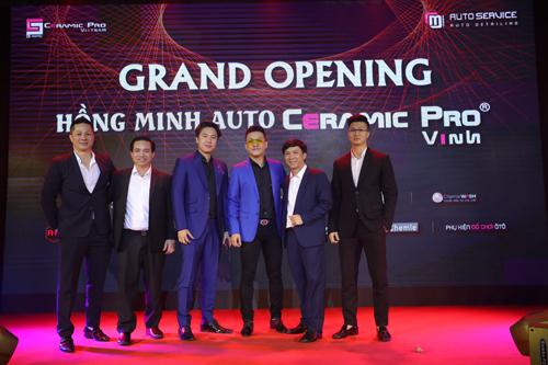 Nam ca sĩ Tuấn Hưng chụp hình lưu niệm cùng giám đốc tổ hợp và các đối tác lớn.