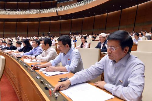 Các đại biểu Quốc hội bấm nút thông qua Nghị quyết của Quốc hội. Ảnh: Nhật Bắc
