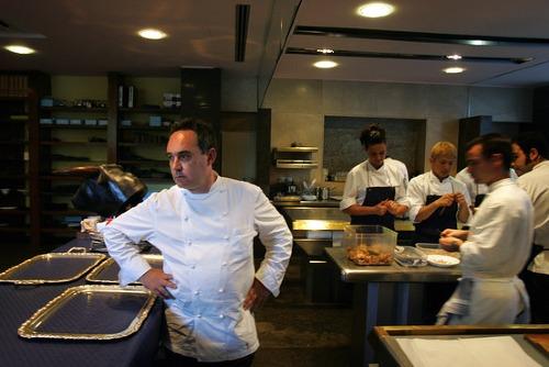 Ferran Adria trong nhà bếp nhà hàng El Bulli của ông. Ảnh: AFP
