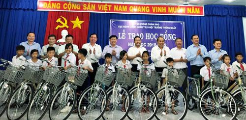 Đất Xanhtrao tặng xe đạp cho học sinh nghèo tại Tây Ninh.