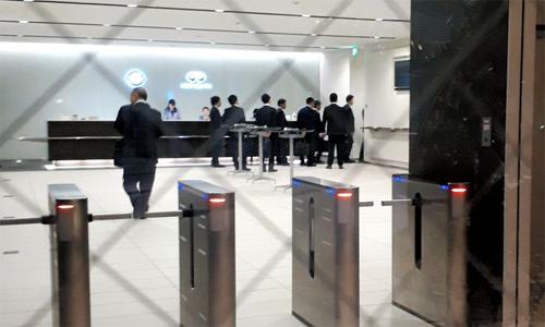 Các công tố viên Tokyo tiến vào trụ sở của chính Nissan tại Yokohama để thẩm vấn ông Carlos Ghosn hôm nay. Ảnh: Asahi