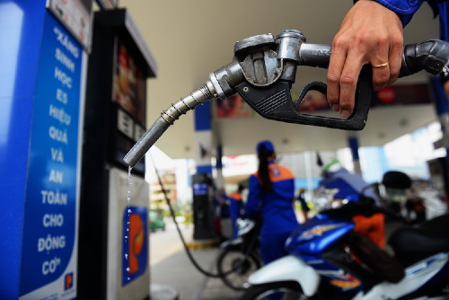 Giá xăng, dầu được dự báo giảm mạnh vào ngày mai. Ảnh: Hữu Khoa