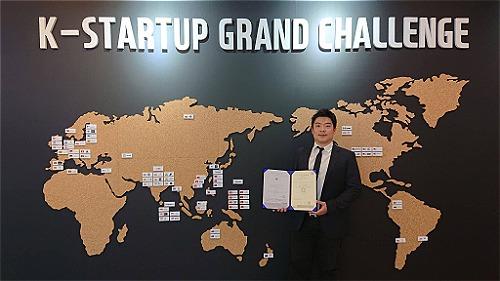 Ông Nguyễn Trung Hiếu - Nhà sáng lập kiêm Tổng Giám đốc của XTayPro cầm giấy phép thành lập tạiHàn Quốc.
