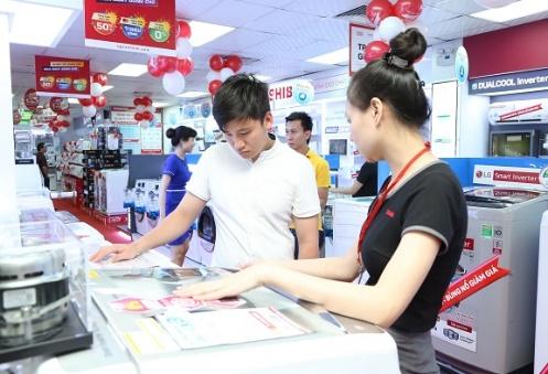 Khách hàng xem xét lựa chọn sản phẩm tại Nguyễn Kim.