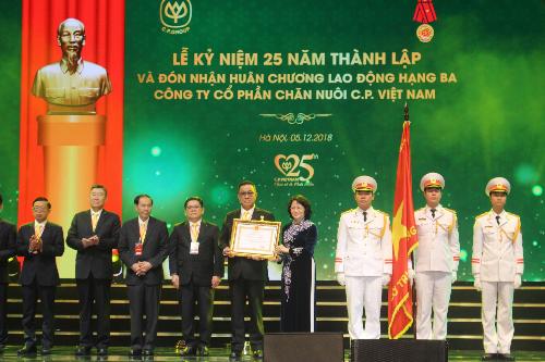 C.P. Việt Nam nhận Huân chương lao động hạng ba