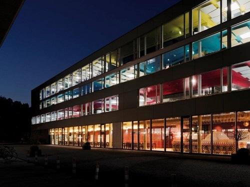 Dù không phải là trụ sở chính, văn phòng Google tại Zurich, Thụy Sỹ cũng được ưu ái cho thiết kế truyền cảm hứng mang đậm phong cách Google. Xây dựng trên khuôn viên một nhà máy bia cũ, tập đoàn cải tạo thành tòa nhà cao 4 tầng với màu sắc tương ứng với 4 màu trong logo. Đây cũng là văn phòng làm việc lớn nhất châu Âu của tập đoàn này.