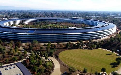 Trụ sở Apple Park đặt tại Cupertino, California, Mỹ, là nơi làm việc của 12.000 nhân viên. Công trình này do cố CEO của Apple - Steve Jobs khởi xướng ý tưởng với tên One Infinite Loop vì thiết kế vòng tròn tượng trưng cho sự sáng tạo không có điểm kết thúc.