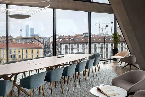 Với diện tích 7.500m2, trụ sở Microsoft tại Milan, Italy có thiết kế thông thoáng, uyển chuyển. Các khu vực làm việc có không gian mở, tầm nhìn đẹp hướng ra cảnh quan cổ điển tại thành phố này.