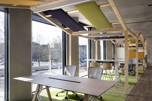 Văn phòng Microsoft khánh thành vào 2017 tại Italy cũng được đánh giá cao với việc sử dụng vật liệu 100% sản xuất tại Italy. Tông màu vừa ấm áp, vừa hiện đại tạo không gian làm việc thoải mái, kích thích sự sáng tạo của nhân viên.