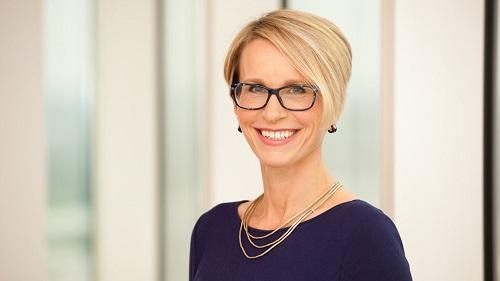 Emma Walmsley - hạng 18: từ tháng 4/2017, bà là Chủ tịch GlaxoSmithKline - một trong những công ty dẫn đầu về nghiên cứu khoa học trong lĩnh vực dược phẩm và chăm sóc sức khỏe trên toàn cầu. Dưới sự điều hành của mình, Emma Walmsley đề ra chiến lược tái cơ cấu toàn cầu, tiết kiệm cho tập đoàn 500 triệu USD đến năm 2021.