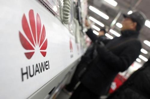 Một khách hàng xem điện thoại của Huawei trong một sự kiện ở Thượng Hải. Ảnh: Reuters