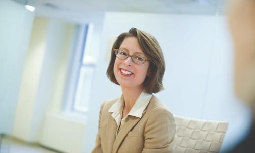 Abigail Johnson - hạng 5: từ tháng 8/2012, Abigail Johnson là Chủ tịch Fidelity Investments -công ty chuyên quản lý tài sản, môi giới, tiền lương hưu và các dịch vụ tài chính khác. Đến năm 2014, bà đã thay cha nắm chức CEO tại đây.