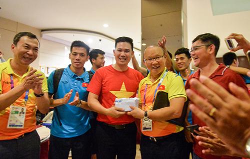 Tập đoàn điện tử Việt treo thưởng tiền tỷ nếu Việt Nam vô địch AFF CUP