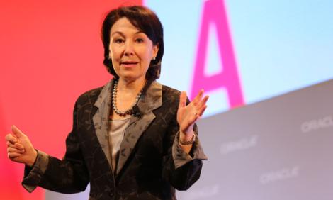 Safra Catz - hạng 14: Bà trở thành CEO của tập đoàn phần mềm Oracle từ tháng 9/2014, kế nhiệm chức vụ của nhà sáng lập Larry Ellison. Bà đồng thời là một trong những nữ giám đốc điều hành có thu nhập cao nhất, theo Forbes ước tính đạt 41 triệu USD. Dưới sự dẫn đầu của bà Catz, Oracle thay đổi định hướng phát triền từ sản xuất phần mềm truyền thống sang chú trọng ứng dụng nền tảng đám mây.