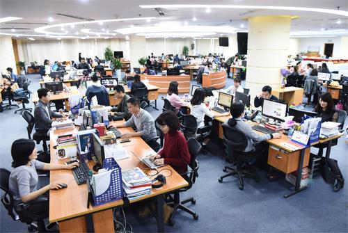 Không gian làm việc tại VnExpress - sản phẩm mang về nguồn thu chính cho FPT Online.Ảnh: Giang Huy