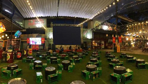 Doanh nghiệp đầu tư màn hình hàng trăm triệu phục vụ nghìn người xem AFF Cup