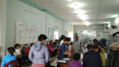 Khách hàng xếp hàng làm thủ tục chuyển nhượng quyền sử dụng đất tại mộtvăn phòng công chứng huyện Điện Bàn.