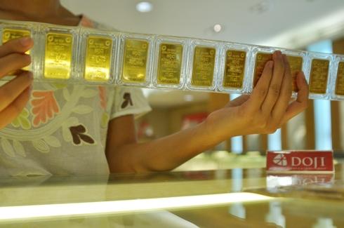 Giá USD ngân hàng tiếp tục hạ, vàng trong nước tăng