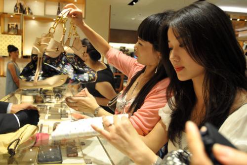 Người Trung Quốc mua đồ tại một cửa hàng thời trang xa xỉ ở Chiết Giang. Ảnh: ImagineChina