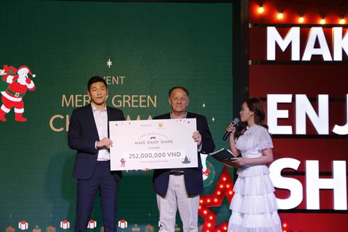 Ông Min Dong Wan - Giám đốc điều hành Innisfree Việt Nam (trái) trao số tiền tài trợ 9 ca phẫu thuật tim cho ông Rad Kivette - Giám đốc điều hành VinaCapital Foundation (phải).