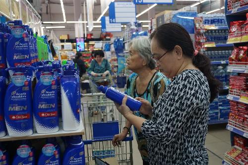 Người dân mua hàng tại một siêu thị thuộc hệ thống Coopmart.