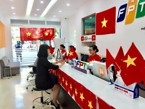 FPT Telecom 'phủ đỏ' quầy giao dịch mừng ngôi vô địch AFF Cup