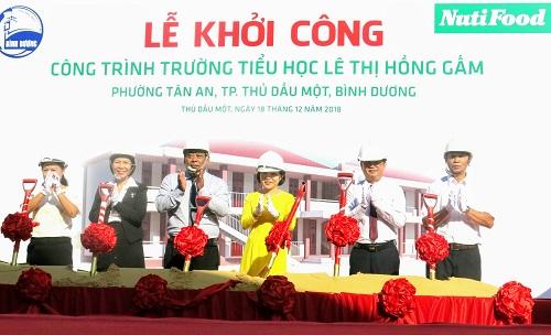 Đại diện chính quyền thành phố Thủ Dầu Một, tỉnh Bình Dương và đại diện NutiFood thực hiện nghi thức khởi công.