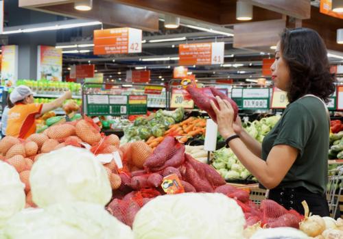 Khách hàng chọn lựa khoai lang trong một siêu thị tại quận 7, TP HCM. Ảnh: Viễn Thông