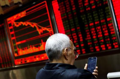 Nhà đầu tư trong văn phòng một công ty môi giới chứng khoán ở Bắc Kinh (Trung Quốc). Ảnh: Reuters