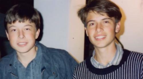 Musk và em trai Kimbal thời nhỏ. Ảnh: Youtube/Bloomberg
