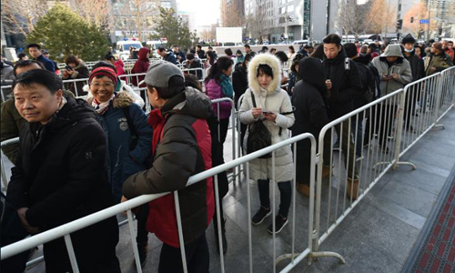 Dòng người xếp hàng để đòi tiền đặt cọc trước trụ sở Ofo ở Bắc Kinh cuối tuần trước. Ảnh: CNN