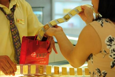 Tỷ giá trung tâm tiếp tục lên đỉnh, vàng trong nước sụt giảm
