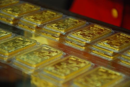 Giá vàng thế giới hiện thấp hơn trong nước 700.000 đồng.