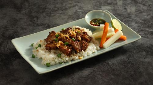 Nếu không quá hào hứng với cơm rang hay các loại hải sản, bạn có thể thử món cơm đảo bò lắc của Ngon Garden. Bò lắc chín giòn rụm bên ngoài, bên trong tươi mềm, ăn kèm cơm nóng được đảo qua quyện với nước sốt và rau củ là lựa chọn thích hợp cho những ngày đông.