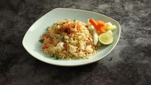 Đầu tiên là đĩa cơm chiên hải sản. Giòn ngon mà mềm mại từ những hạt cơm, điểm thêm hải sản tươi được lựa chọn từ các đầu bếp khiến món ăn vừa vặn, đủ vị và luôn là lựa chọn hàng đầu của thực khách.