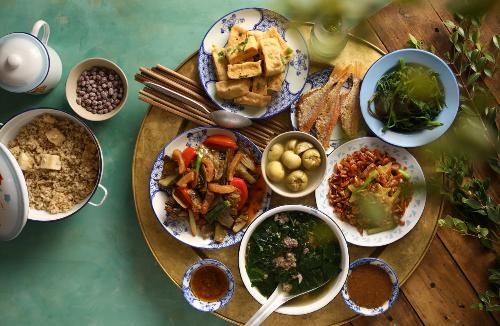 Mâm cơm thời bao cấp Hà Nội chiếm trọn tình cảm của khách tham quan.