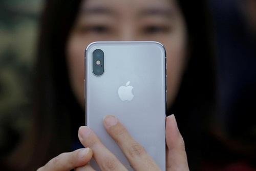 Người tham gia dùng iPhone X trong một sự kiện truyền thông ở Trung Quốc. Ảnh: Reuters