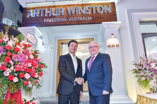 Ngài đại sứ đặc mệnh toàn quyền Australia tại Việt Nam - Craig Chittick (bên phải) tham dự sự kiện.