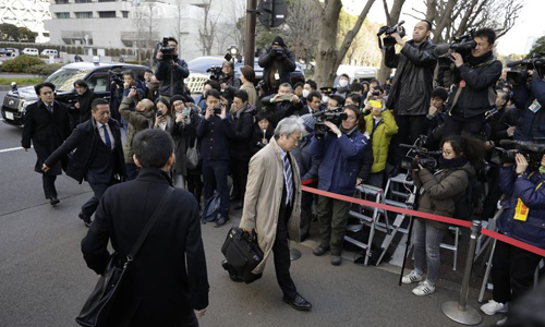 Phóng viên tập trung rất đông trước tòa án Tokyo nhưng không được ghi hình trong phiên sáng nay. Ảnh: Bloomberg