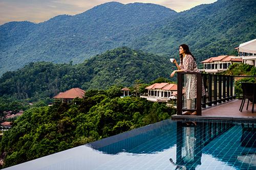 Góc nhìn từ ban công của một trong 40 biệt thự tựa núi - hướng biển có kiến trúc tinh tế, hài hoà giữa vẻ đẹp nổi tiếng của vịnh Lăng Cô.