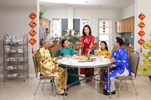 Bàn ăn inox được nhiều gia đình lựa chọn cho những bữa tiệc đoàn viên.