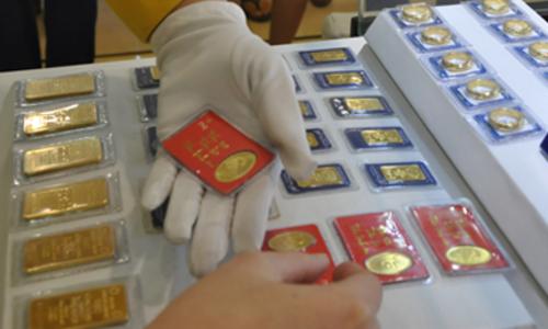 Giao dịch vàng miếng tại một doanh nghiệp trong nước. Ảnh: LC.