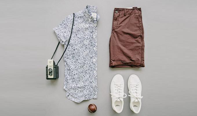 Với những đấng mày râu ưa chuộng phong cách thoải mái hơn, có thể chọn bộ set giữa quần kaki lửng, áo sơ mi họa tiết hoa, giày sneaker và túi đeo chéo. Quần lửng