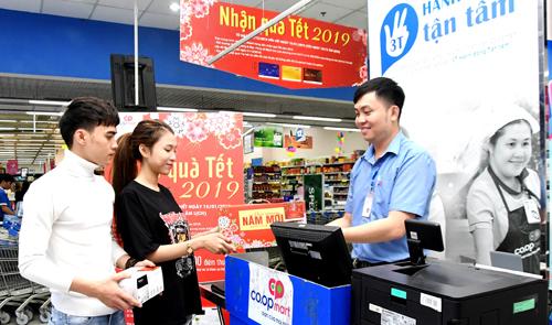 Hàng triệu khách hàng nhận quà Tết từ siêu thị.