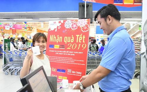 Khách hàng thích thú nhận quà tết tại siêu thị Co.opmart Quang Trung