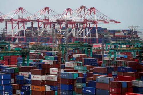 Container tại một cảng biển ở Thượng Hải (Trung Quốc). Ảnh: Reuters